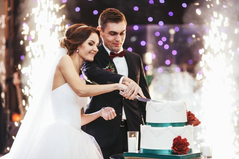 Společné krájení svatebního dortu