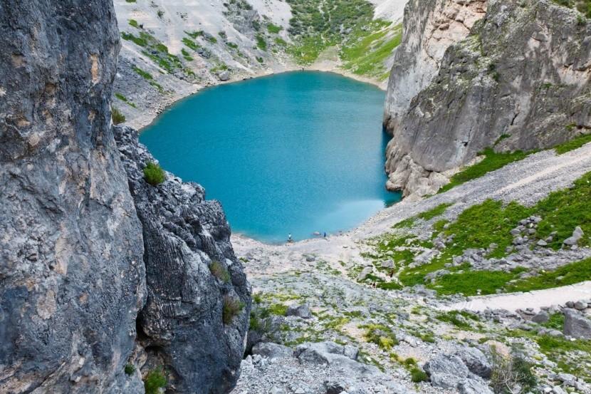 Modré jezero u obce Imotski (Chorvatsko)