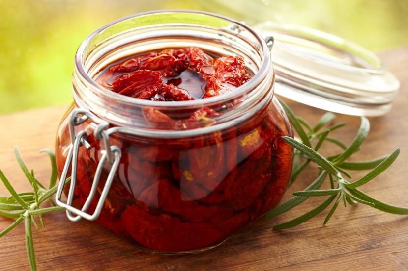 Italský zelný salát obsahuje i sušená rajčata
