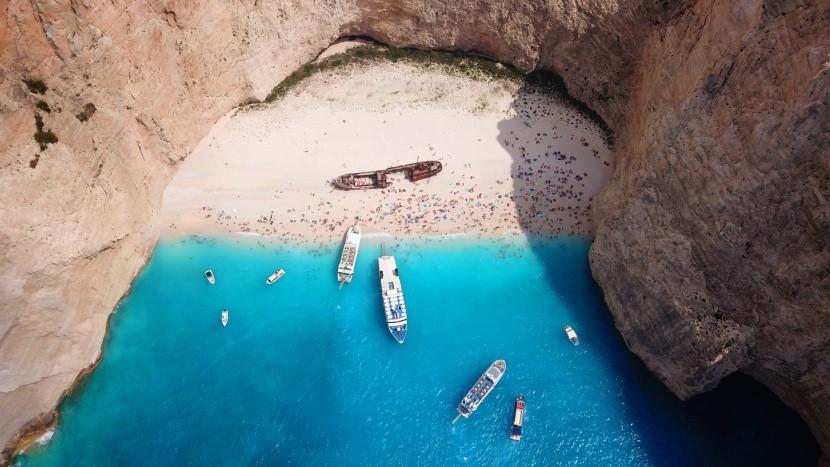 Přístup na pláž je pouze lodí