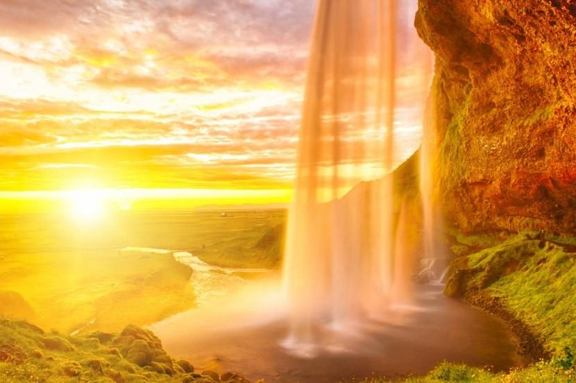 Půlnoční slunce u vodopádu Seljalandsfoss
