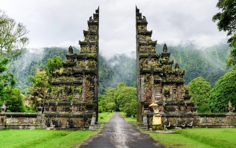 Vstup do jednoho z chrámů na Bali