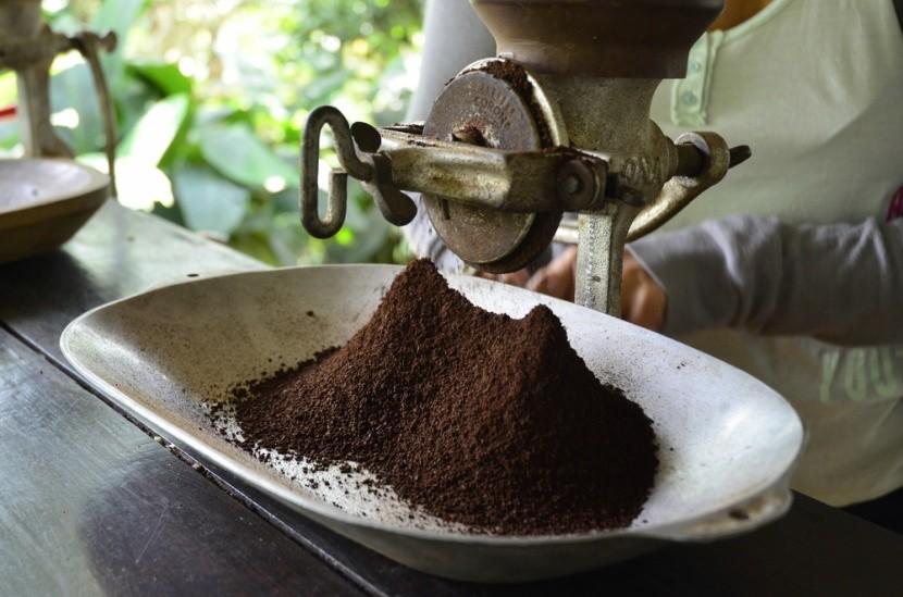Mletí čerstvé kolumbijské kávy