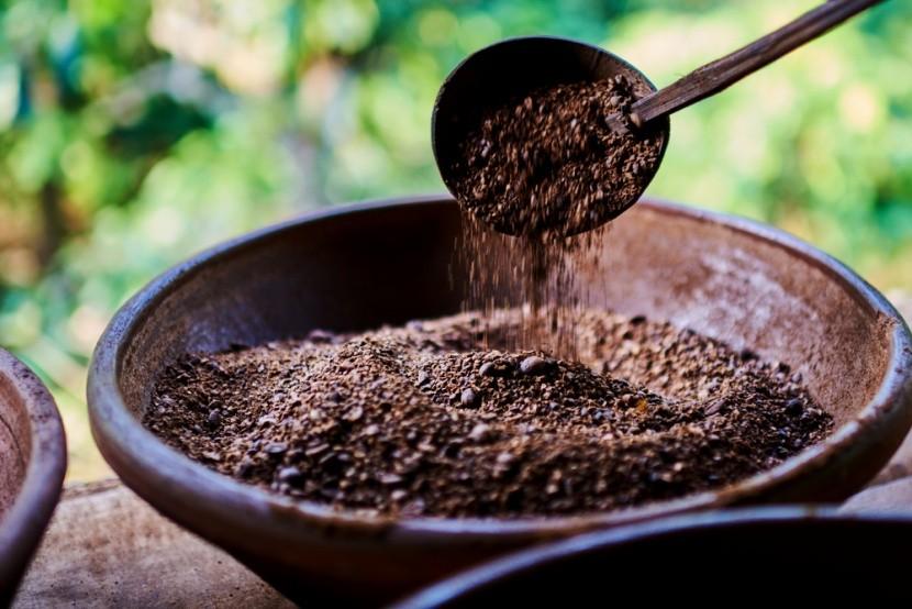 Tradiční způsob pražení indonéské kávy