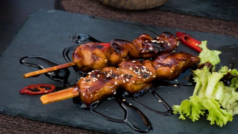 Japonský streetfood: kuřecí kousky na špejli
