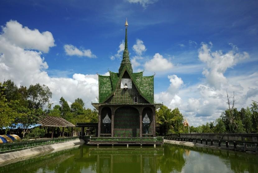 Chrám z milionu lahví WatLanKhuad v Thajsku