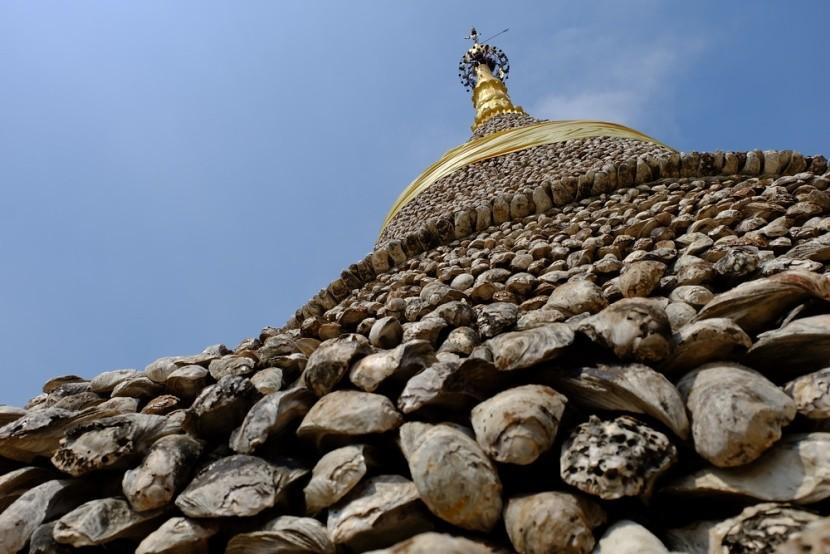 Pagoda postavená z fosílií ústřic