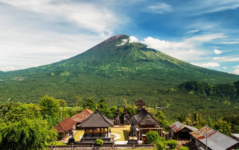 Dřímající sopka Agung je nejvyšší horou na Ba