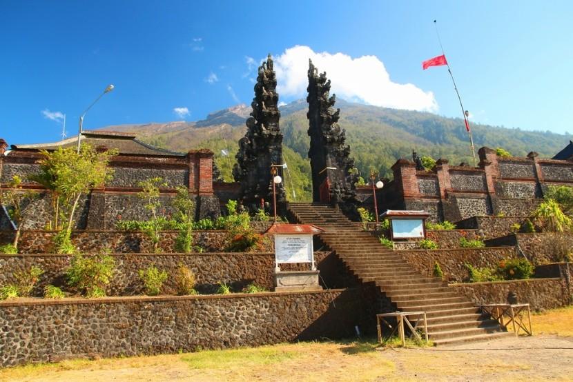 Brána k vrcholu u chrámu Pura Pasar Agung