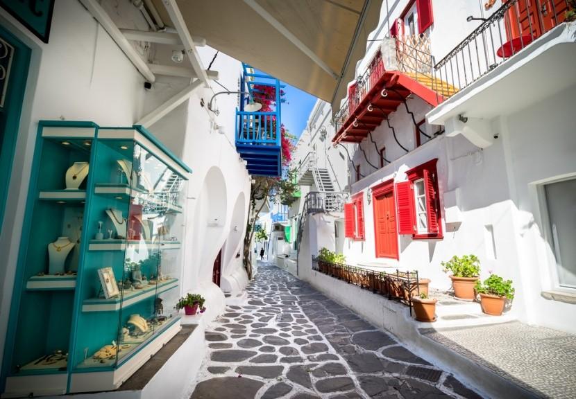 Typické úzké uličky na ostrově Mykonos