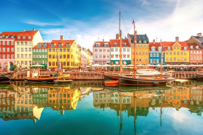 Barevné domky a přístav v Dánsku