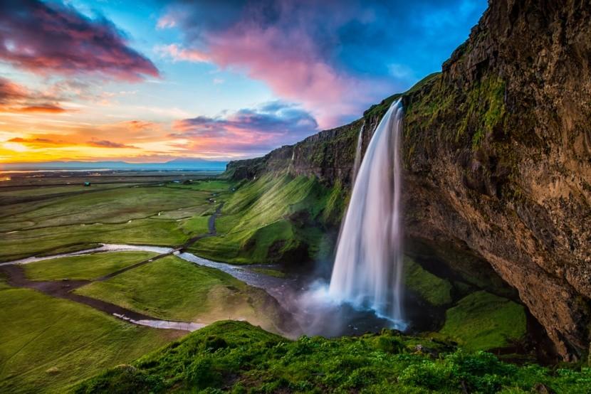 Vodopád a zelené pláně na Islandu