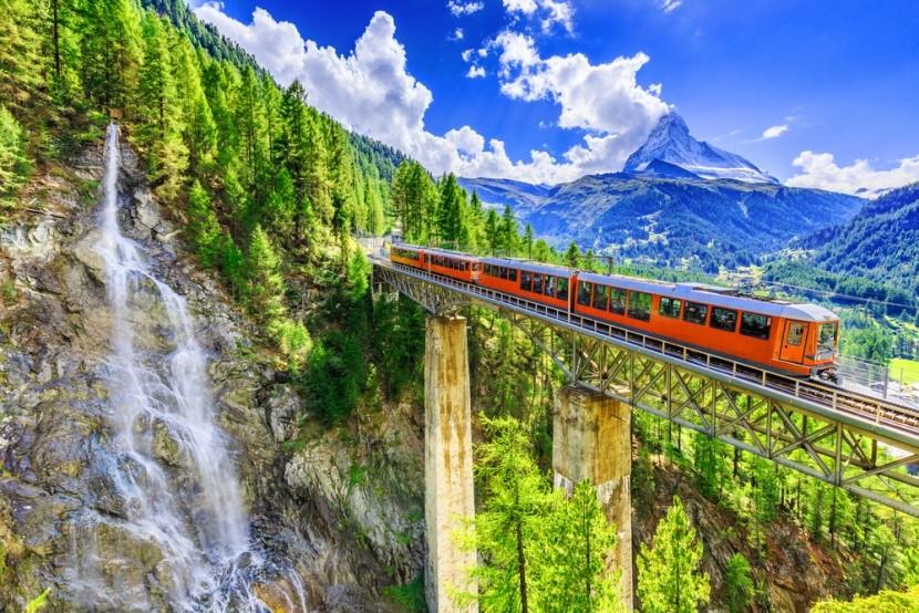 Příroda a železniční trať ve Švýcarsku