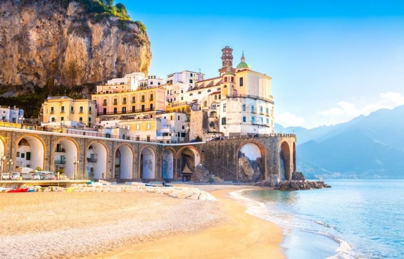 Pláž v Atrani v italské Kampánii