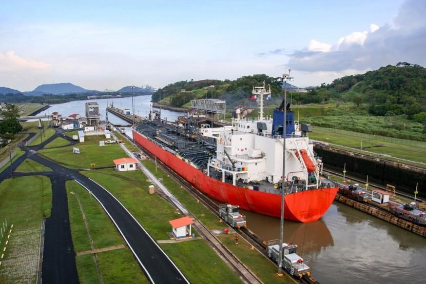 Panamský průplav propojuje Atlantik a Pacifik