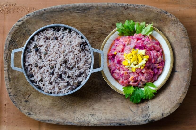 Tradiční pokrmy z Panamy s rýží a červenou ře