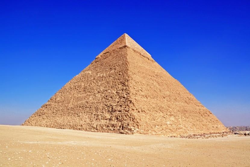 Cheopsova pyramida v Gíze zalitá sluncem