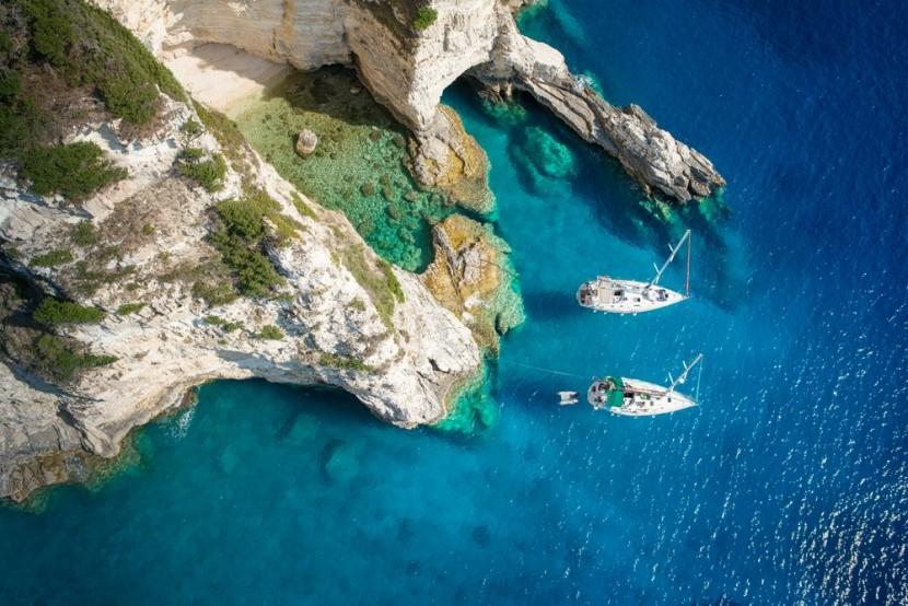 Jachty v zálivu ostrova Paxos, Řecko