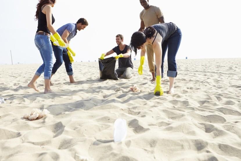 Úklid pláže bývá stále častější aktivitou