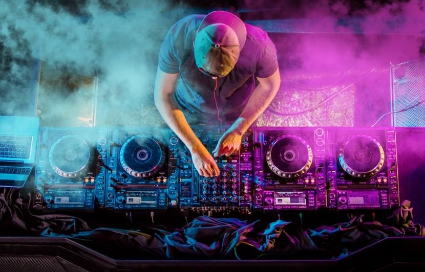 Mixážní pult a DJ