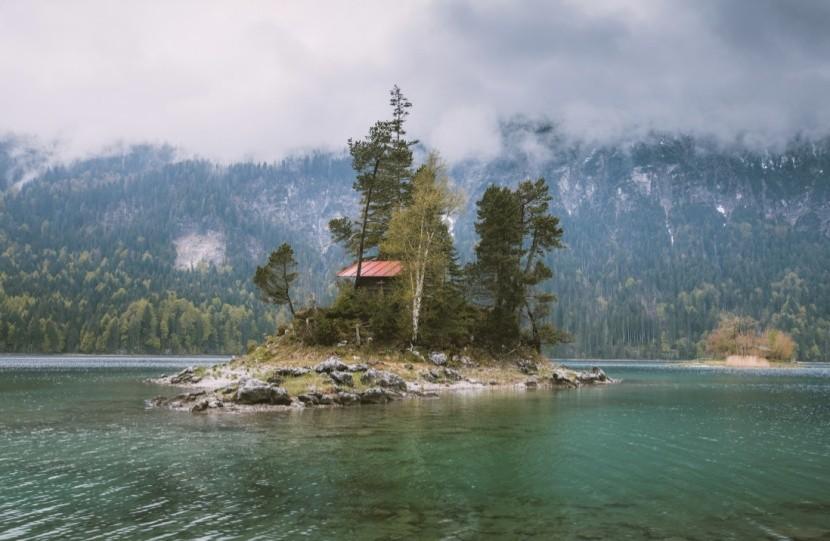 Jezero Eibsee leží na úpatí hory Zugspitze