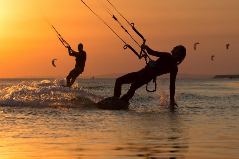 Boardkiting při západu slunce